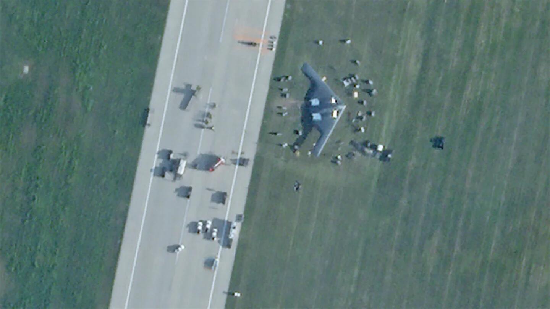卫星拍到的美军B-2轰炸机迫降现场画面
