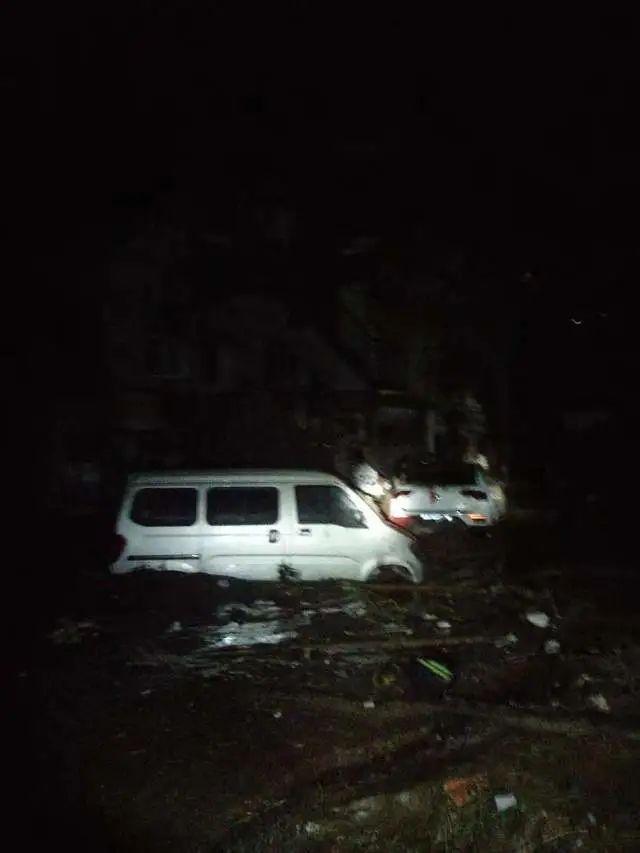 路豪碰所在等救援队赶往米河镇途中,洪水里飘满了树枝等杂物。受访者供图