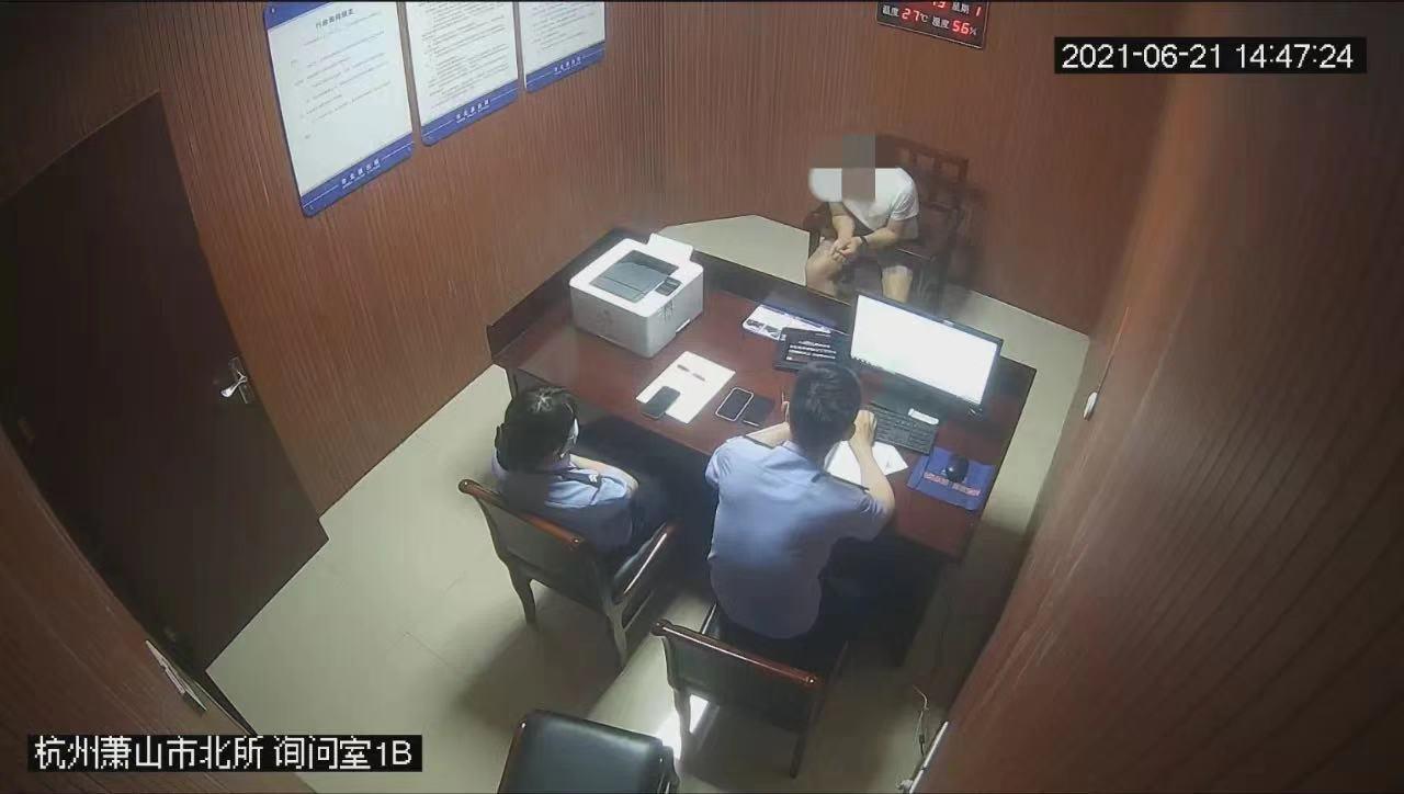贾某在派出所承认自己的违法行为。警方供图