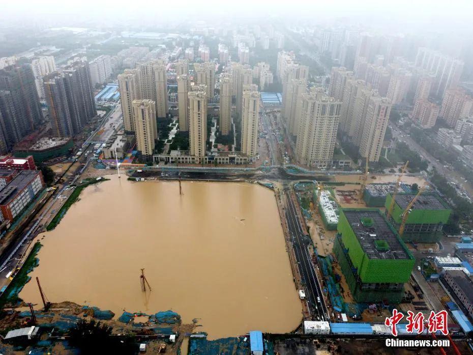 7月21日,暴雨导致郑州城区积水严重。中新社发 王中举 摄 图片来源:CNSPHOTO