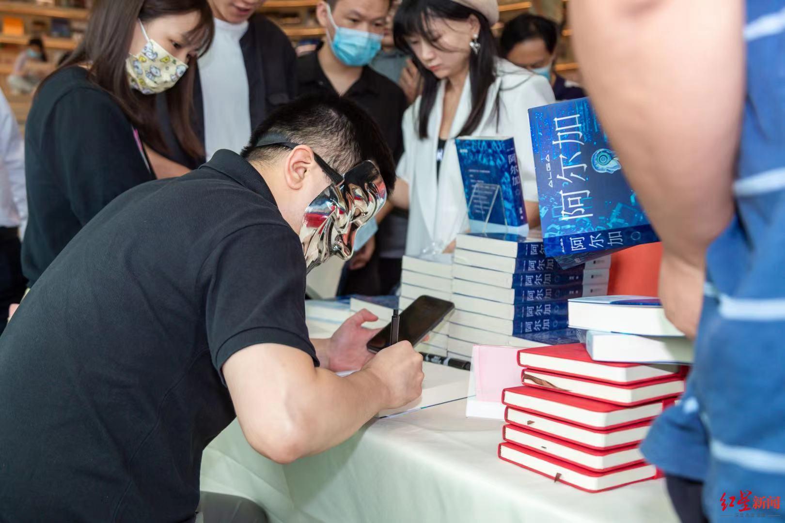 戴面具的作家又来了!从金融跨界科幻题材,梁成新书探讨人工智能