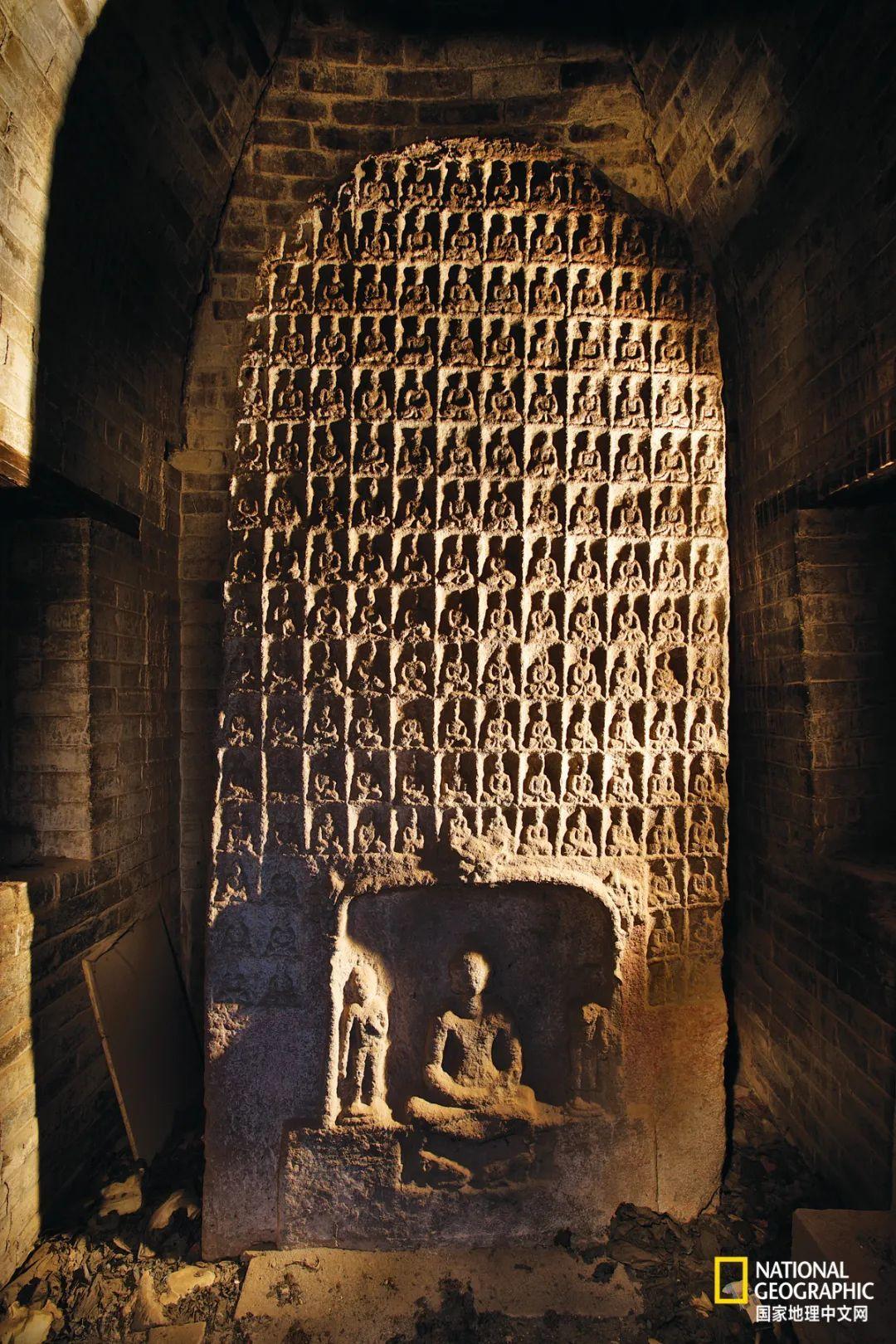 山西陵川县平川村的北魏千佛造像碑。晋东南地区北朝遗刻颇多,尤以千佛造像碑为特色,高平、陵川、武乡均存有类似造像碑,年代大致在公元6世纪初,即北魏太和年间,是研究北魏早期佛教发展史的重要文物。 摄影:赵钢