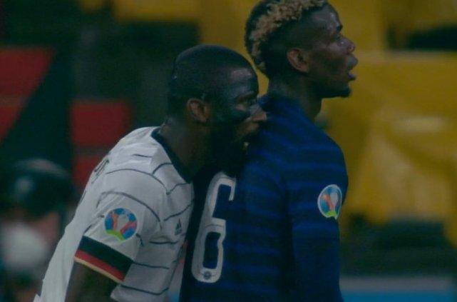 咬人+袭胸!赛场争议一幕 法国球星表情痛苦