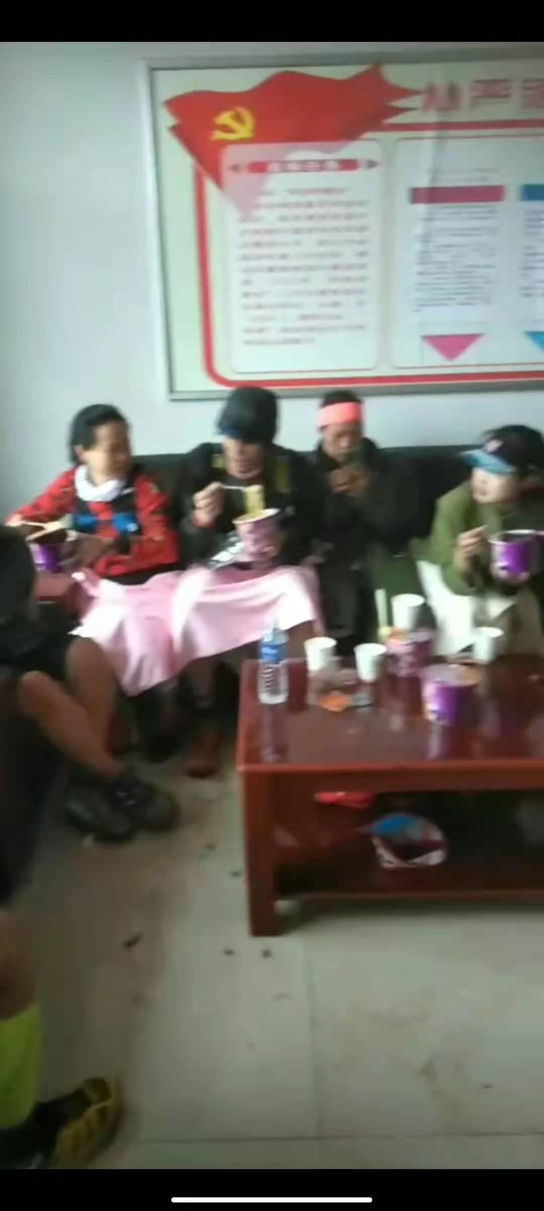 5月22日晚,被救选手正在村委会吃饭取暖。受访者供图