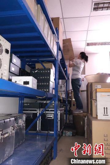 雷晨在搬箱子。辽宁省地震局供图