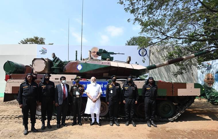 """莫迪与""""阿琼Mk-1A""""坦克合影"""