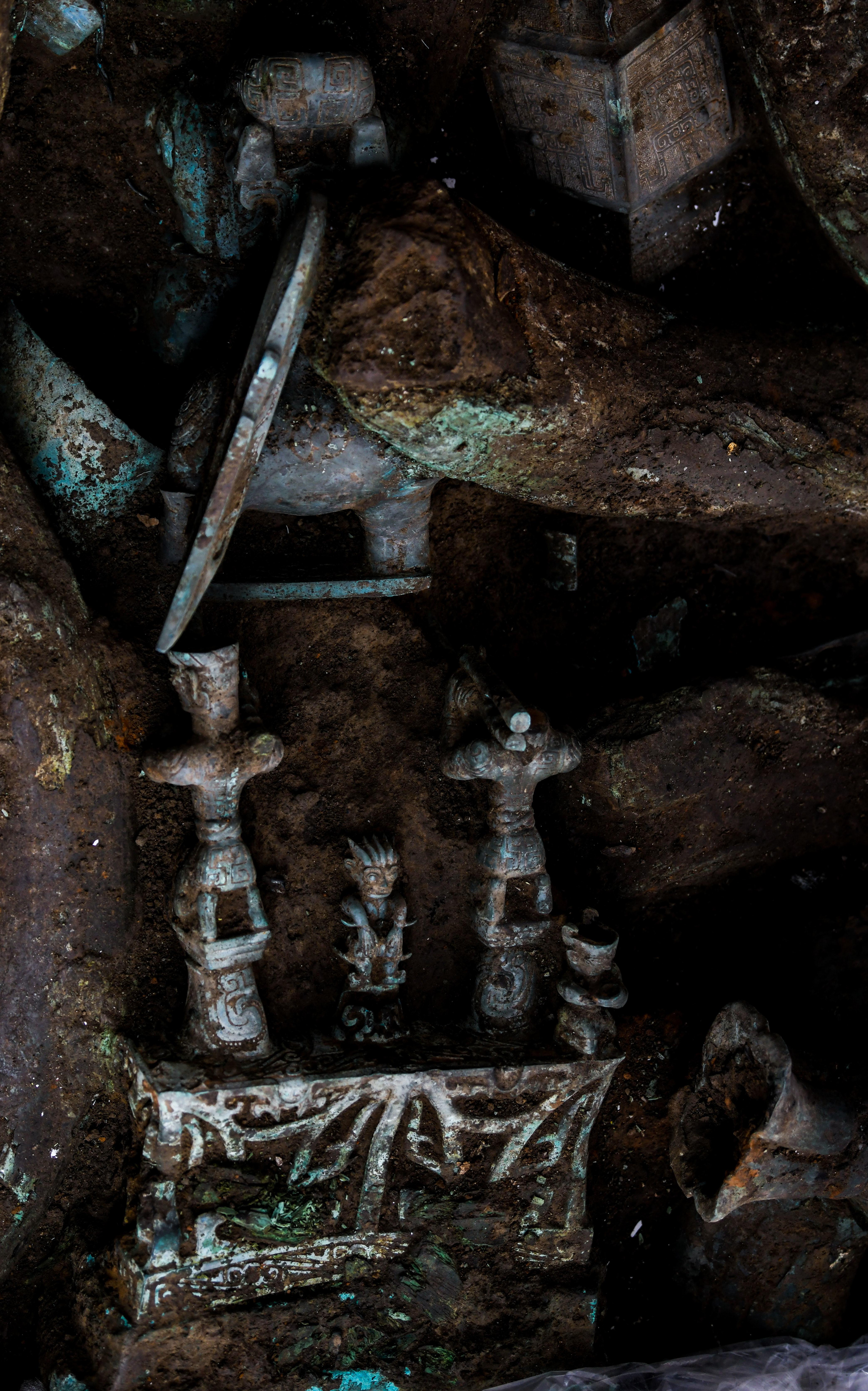 """↑这是9月2日在三星堆遗址考古发掘现场8号""""祭祀坑""""拍摄的青铜神坛局部。新华社记者 王曦 摄"""