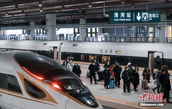 2020年12月30日,旅客在北京清河站有序出站。当日,京张高铁开通运营一周年。一年来共发送旅客680.6万人次。其中,北京北站发送156万人次、清河站发送270万人次。中新社记者 贾天勇 摄