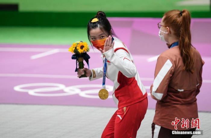 7月24日举行的东京奥运会女子10米气步枪决赛中,中国选手杨倩夺得冠军,为中国代表团揽入本届奥运会第一枚金牌。这也是本届东京奥运会诞生的首枚金牌。图为颁奖仪式后的杨倩做出俏皮动作。<a target='_blank' href='http://www.chinanews.com/'>中新社</a>记者 杜洋 摄