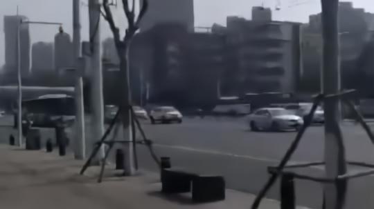 武汉女孩哭着跑向街头哀悼视频打动网友:她在哭 我也在哭