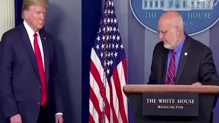 特朗普在一旁瞪着眼 美国疾控中心主任被迫改口了