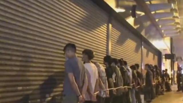 香港暴徒在旺角多处街头聚集纵火闹事 至少二百人被捕