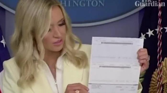 白宫新闻秘书公开展示特朗普捐款支票 不料泄露重要信息