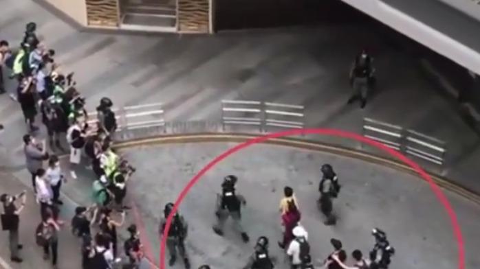 港警拘捕超300人现场曝光:双手搭肩 排队被带上警车