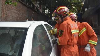 家长误关车门萌娃被困车内 消防员破窗营救