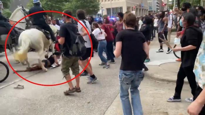 美国警察骑马踩踏和平抗议者,引网友暴怒