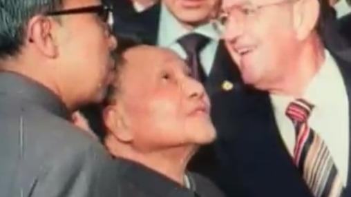 邓小平在舞台上做了这个动作后 美国人被他感动