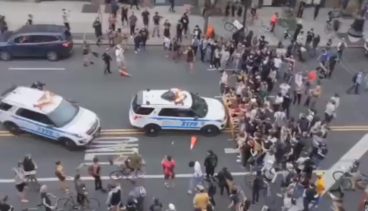 现场:纽约一警车被示威者围堵,突然加速冲撞人群