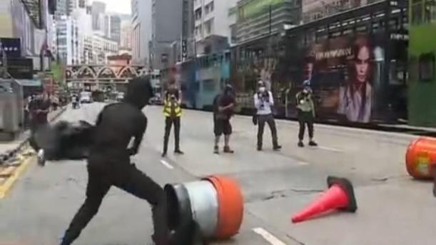 暴徒在香港街头纵火堵路、围殴市民 警方拘捕180余人