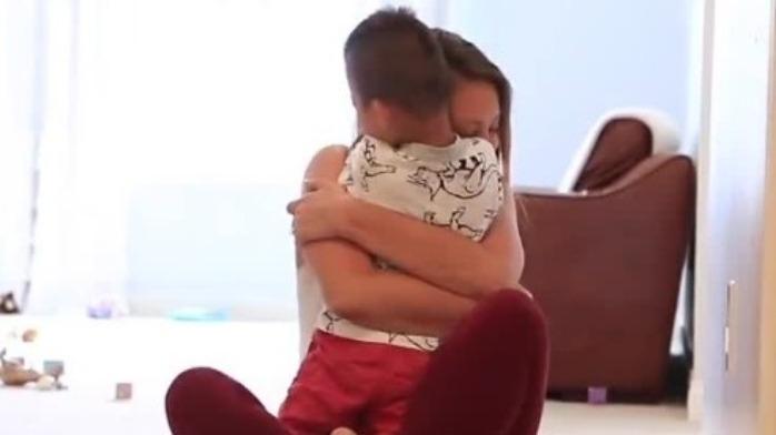 美国一网红收养中国自闭症男孩 借其吸粉赚钱后撒手不管