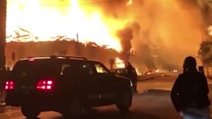 美国白人警察打死黑人事件升级 抗议者点燃整栋建筑