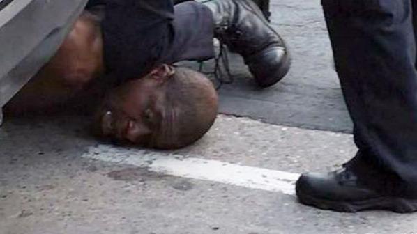 美国一黑人遭警察膝盖锁脖 反复求饶后窒息死亡