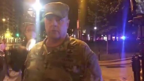 美军四星上将现身华盛顿抗议现场
