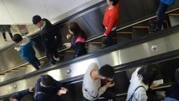 边走路边看手机违法?看看日本大和市的奇葩新规