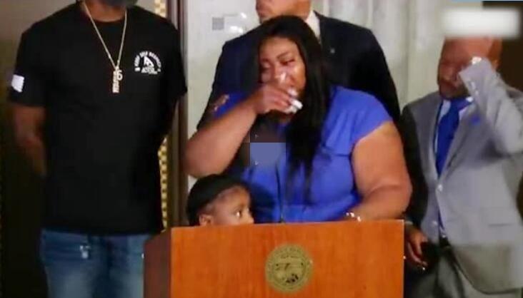美国遇害黑人遗孀首次现身 面对镜头泣不成声