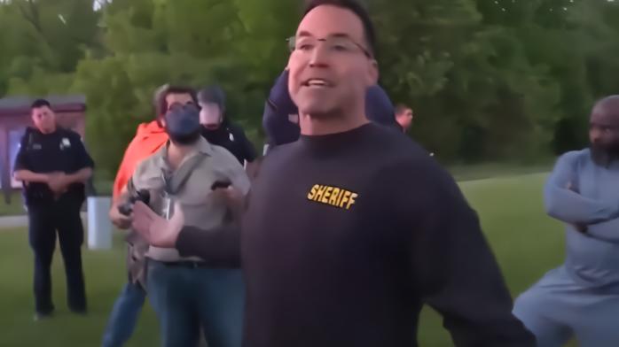 脱头盔扔警棍!美国警长带头加入抗议游行队伍
