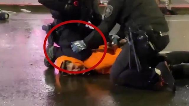 """美国现""""跪杀""""黑人同款:警察用膝盖锁脖,示威者表情痛苦"""