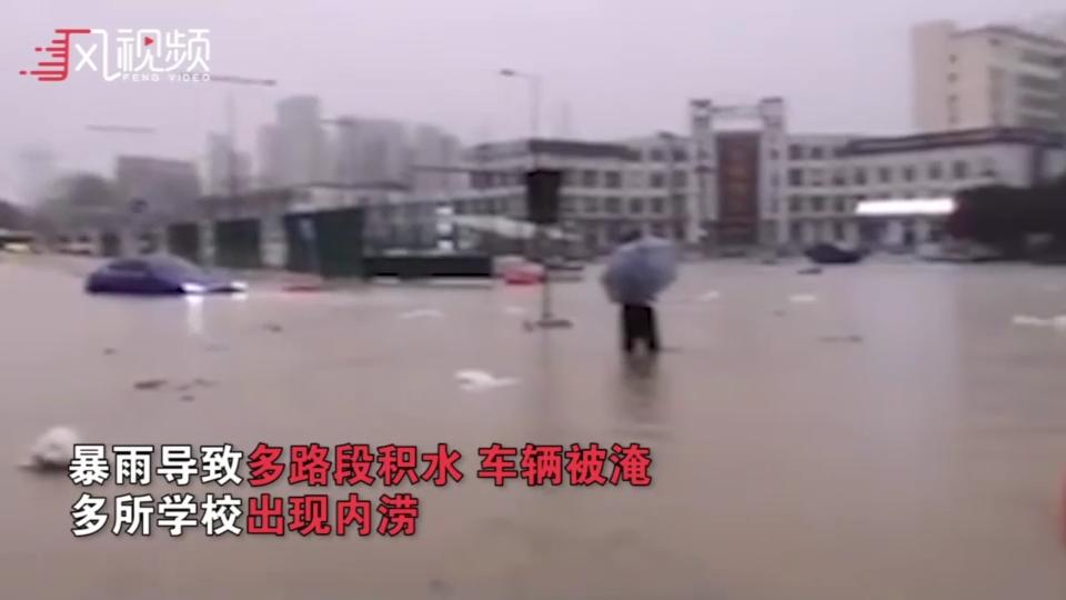 合肥暴雨车辆被淹只露车顶 高校门口可撑船