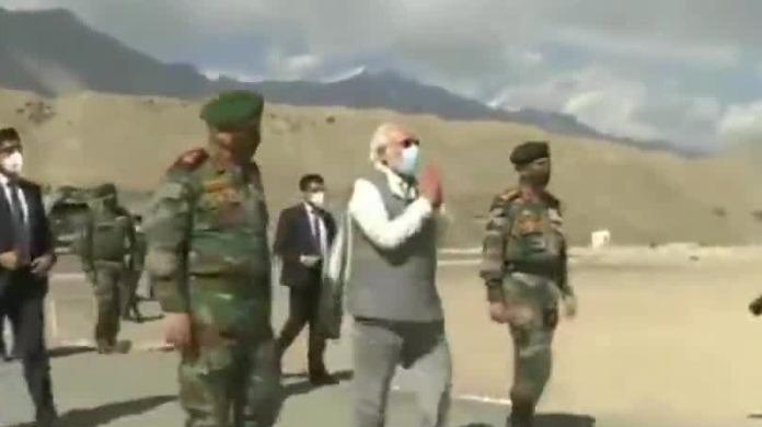 莫迪乘直升机抵达中印边境拉达克 视察并听取军方汇报