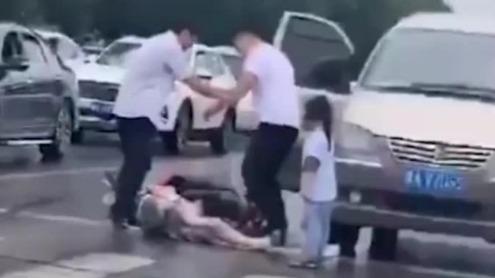 男子当街扒衣殴打妻子 女儿苦苦哀求:爸爸别打 妈妈吐血了