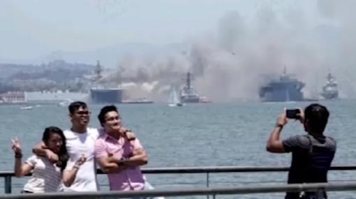 美海军两栖攻击舰仍在持续燃烧至少57人受伤 民众开心合影