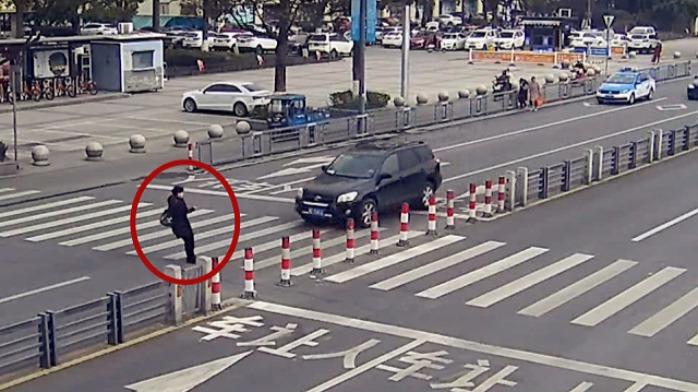 轿车全责!监拍:轿车临近斑马线还不减速 行人遭殃全身多处骨折