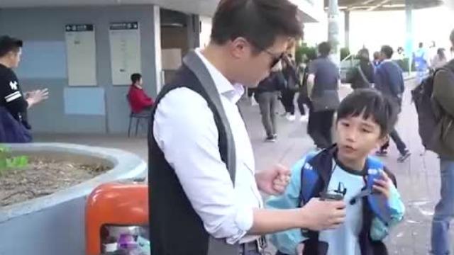 """男子采访香港学生""""你承认自己是中国人吗?"""" 回答出奇一致"""