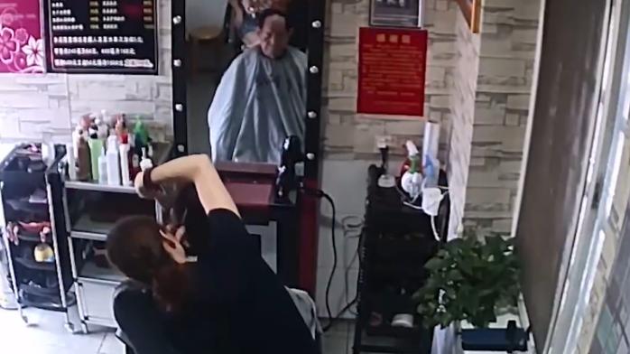 袁隆平90岁生日前去理发 与为他理发17年的女店主合照
