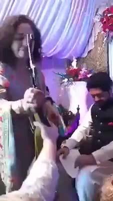 外国男子婚礼现场 丈母娘送了他一把AK-47自动步枪