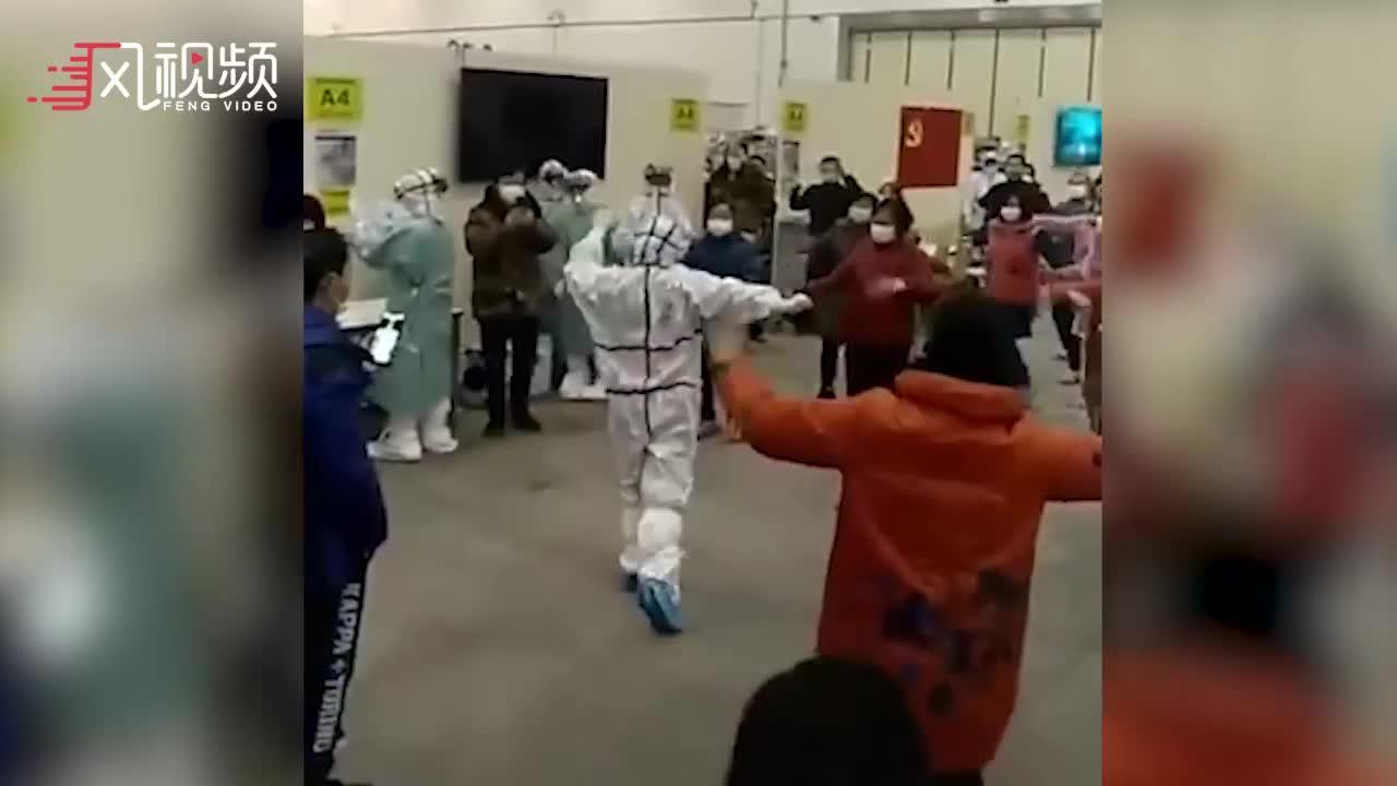 武汉方舱医院患者跳起民族舞 新疆医生现场领跳