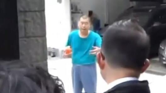 """现场:乱港头目黎智英家中被捕 被带走前喊着""""要洗澡"""""""