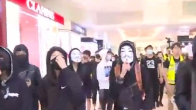 """香港黑衣人以""""反水客"""" 为由肆意骚扰内地游客"""