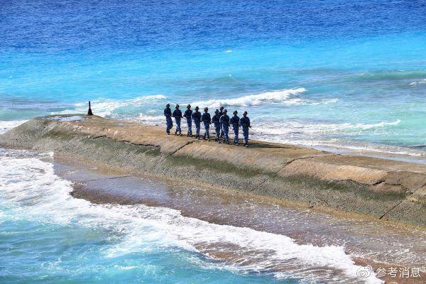 2016年1月5日,守卫在南沙群岛永暑礁上的海军官兵在防波堤上巡逻。 (新华社)