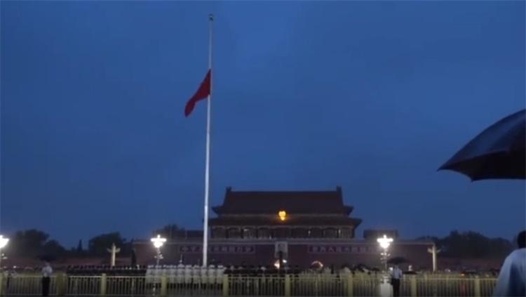 天安门广场降半旗悼李鹏同志