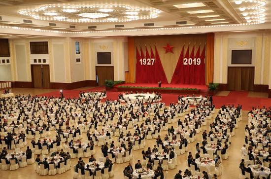 7月30日,中华人民共和国国防部在北京人民大会堂举行招待会,热烈庆祝中国人民解放军建军92周年。新华社记者李刚摄