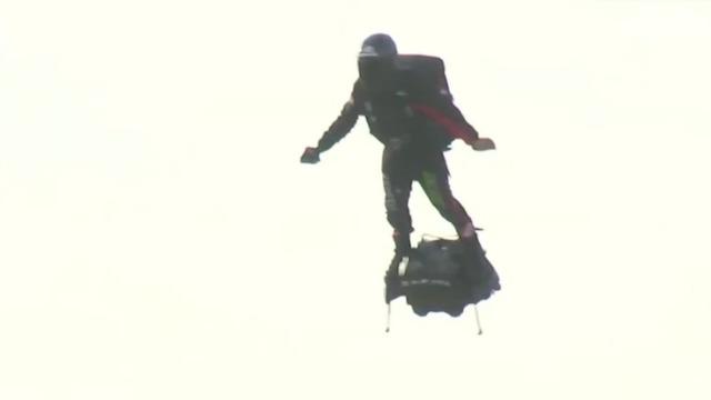 真人钢铁侠成功飞越英吉利海峡 仅用时23分钟