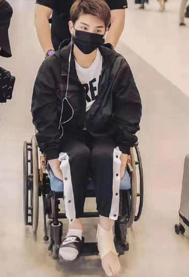 黄明昊坐轮椅现身机场 发文解释打篮球时崴伤