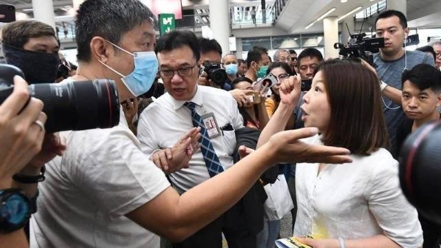 香港拔旗女子声嘶力竭呐喊:美英别再利用香港下一代!