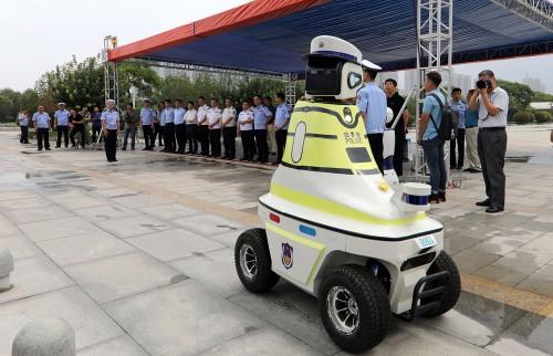 机器人交警上岗 中国首批机器人交警上岗,摩点持续引领科技生活新潮流