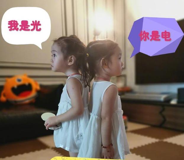 杨威晒双胞胎女儿萌照 两姐妹背靠背可爱比身高